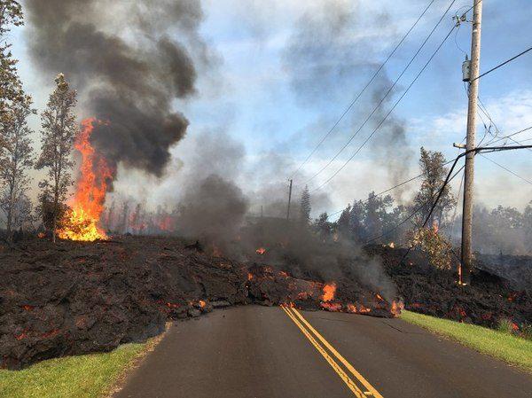 Imatge de les colades de lava afectant a les vies de comunicació i la xarxa elèctrica