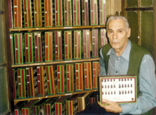 Vicens Olivella amb la col·lecció al domicili de Casablanca