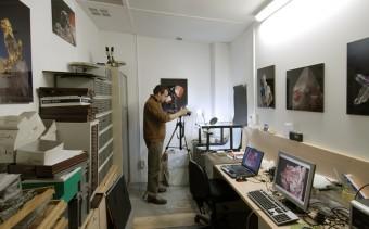 El col•laborador Joan Rosell treballant a l'Espai Masoliver del Museu Martorell. Imatge del museuciencies