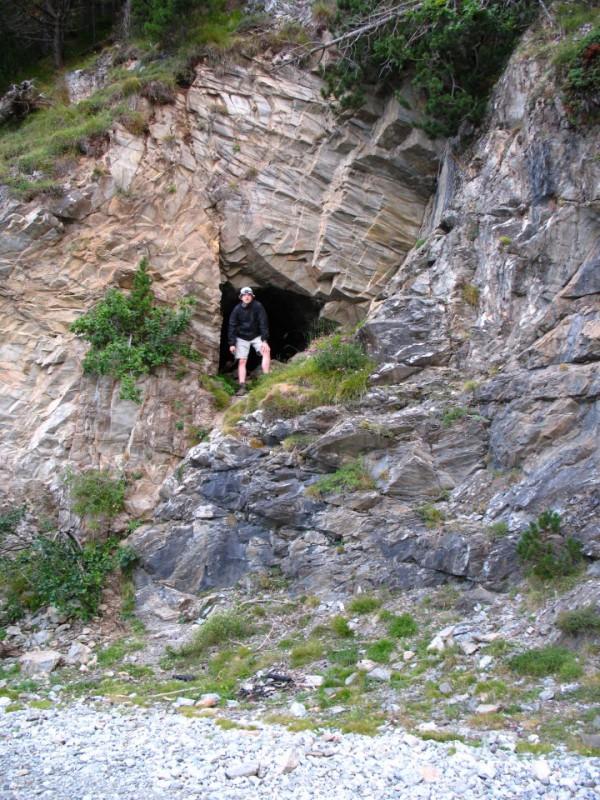 Una de les boques de la mina Saragossa (Zaragoza), a peu de pista